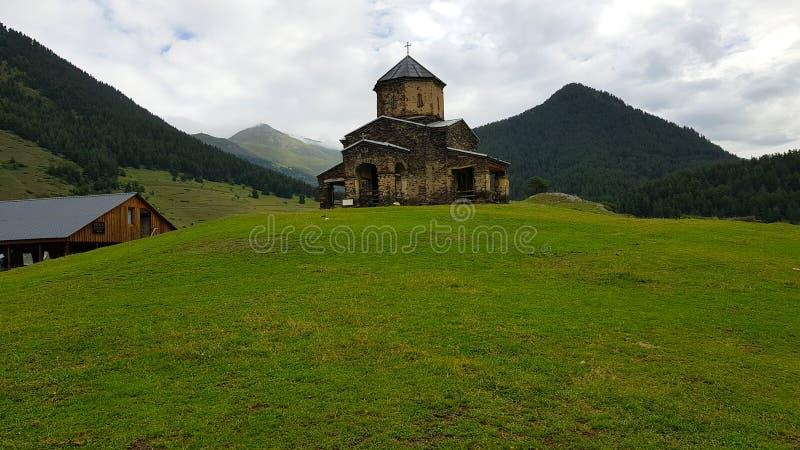 De kerk in het dorp van Shenakho in de bergen van de Kaukasus in Georgië stock foto's
