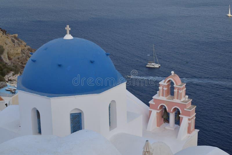 De kerk met blauwe koepel in Oia Santorini royalty-vrije stock foto