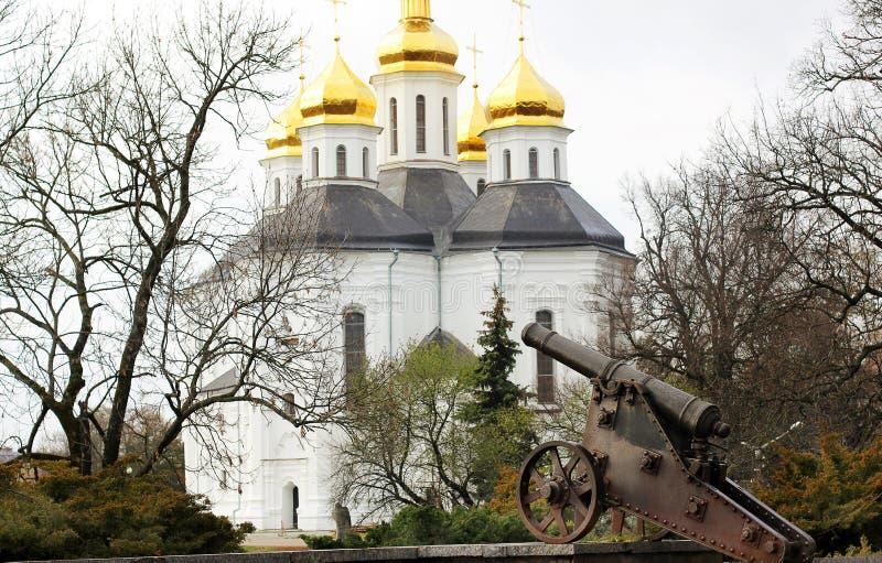 De kerk met gouden koepels in het park stock fotografie