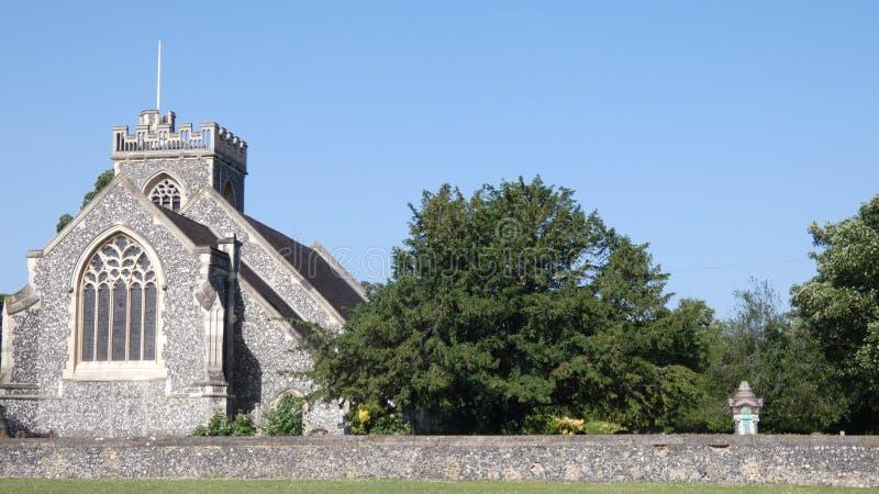 De kerk op groene en grote dag voor een huwelijk royalty-vrije stock afbeelding