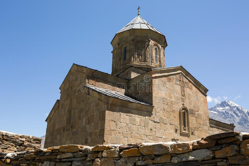 De Kerk of Tsminda Sameba, Heilige Drievuldigheidskerk van de Gergetidrievuldigheid dichtbij het dorp van Gergeti in Georgië, zet stock foto's
