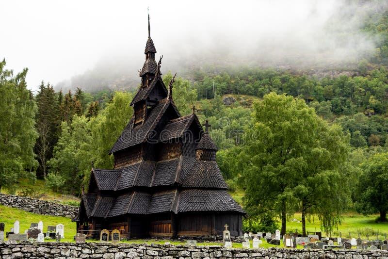 De kerk van de Borgundstaaf stavkyrkje in Noorwegen in bewolkt weer royalty-vrije stock foto