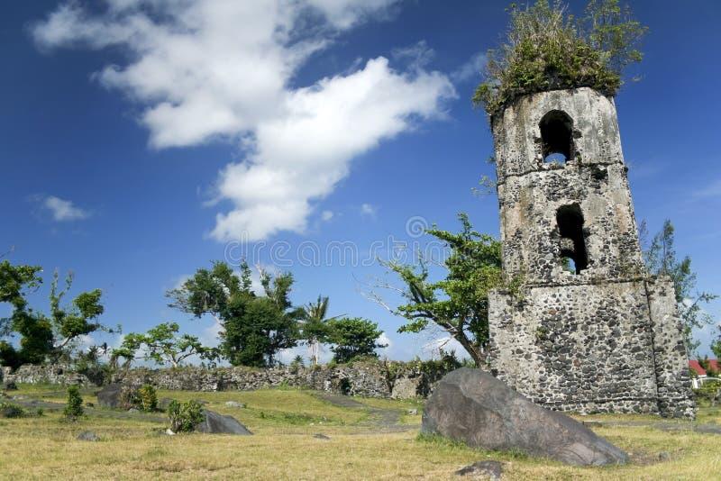 De kerk van Cagsawa ruïneert mayon vulkaan stock foto's