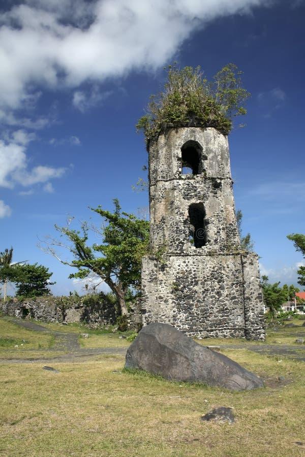 De kerk van Cagsawa ruïneert mayon vulkaan stock afbeelding