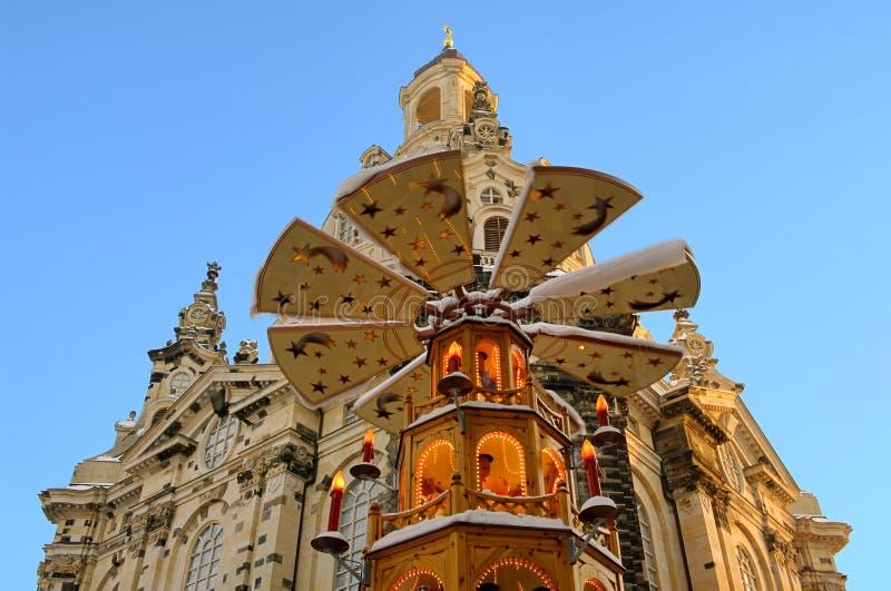 De kerk van de Kerstmismarkt van Dresden van onze dame stock afbeelding