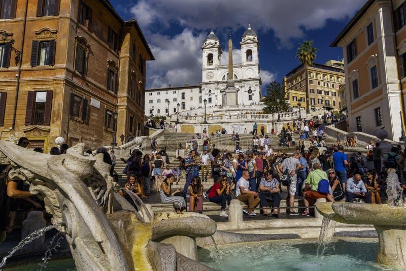 De kerk van deimonti van Rome Italië Trinita naast de Spaanse Stappen met menigte royalty-vrije stock foto's