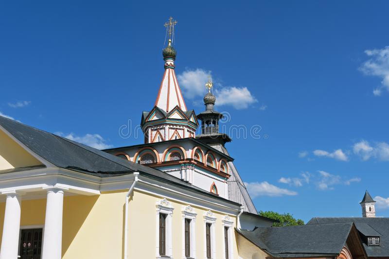 De kerk van de drievuldigheidspoort stock afbeeldingen