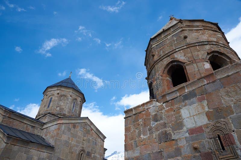 De Kerk van de Gergetidrievuldigheid - Georgië stock afbeelding
