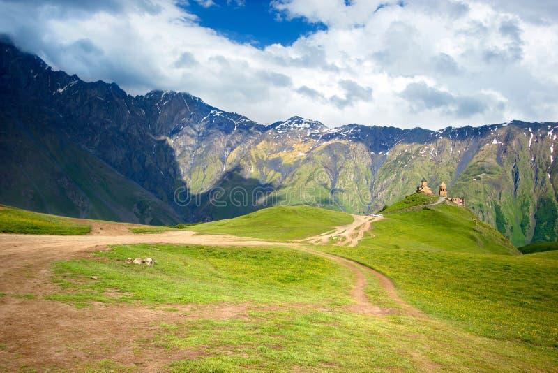 De Kerk van de Gergetidrievuldigheid, Tsminda Sameba op de heuvel dichtbij Kazbek-berg in Georgië royalty-vrije stock foto