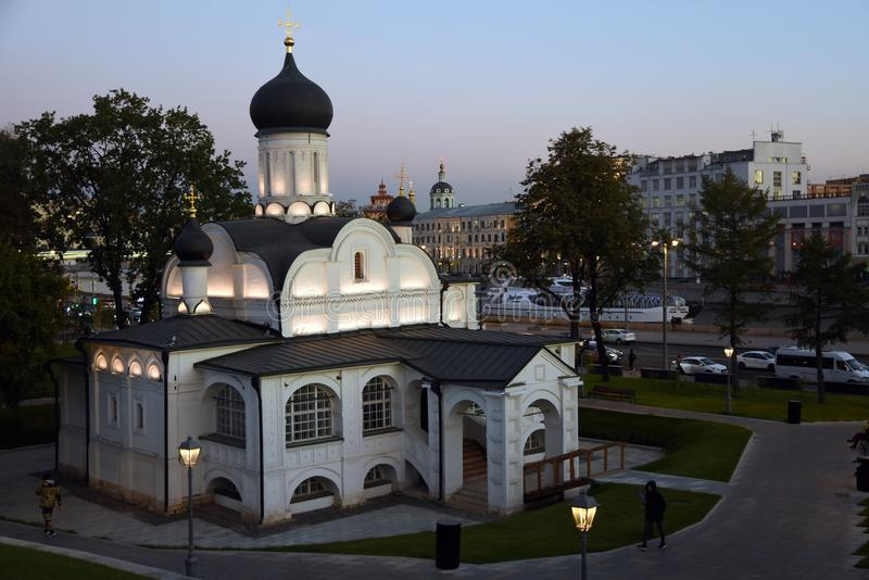 De kerk van heilige Anna in Moskou Zaryadyepark stock afbeeldingen