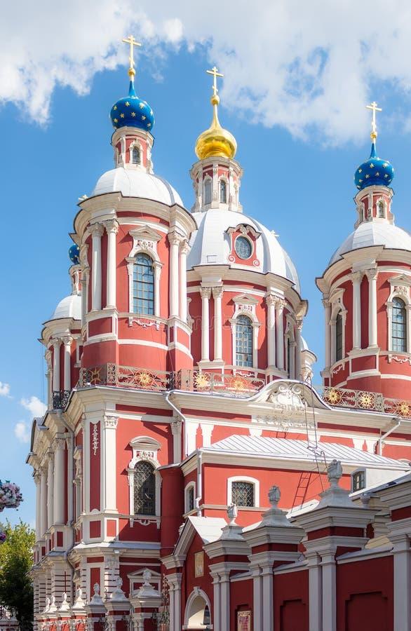 De kerk van Heilige Mild van Rome in Moskou stock afbeeldingen
