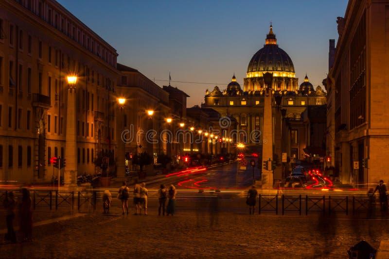 De kerk van heilige Peter bij zonsondergang in de Eeuwige Stad, Rome stock fotografie