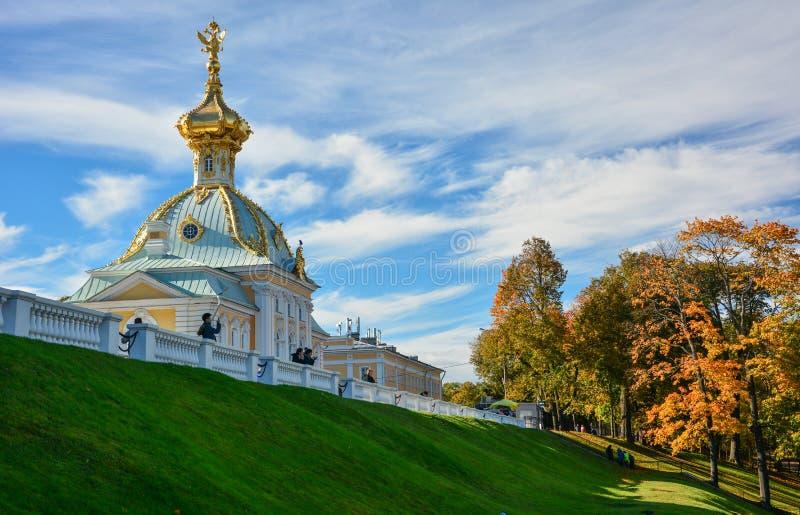 De kerk van het Peterhofpaleis in de herfst royalty-vrije stock afbeeldingen