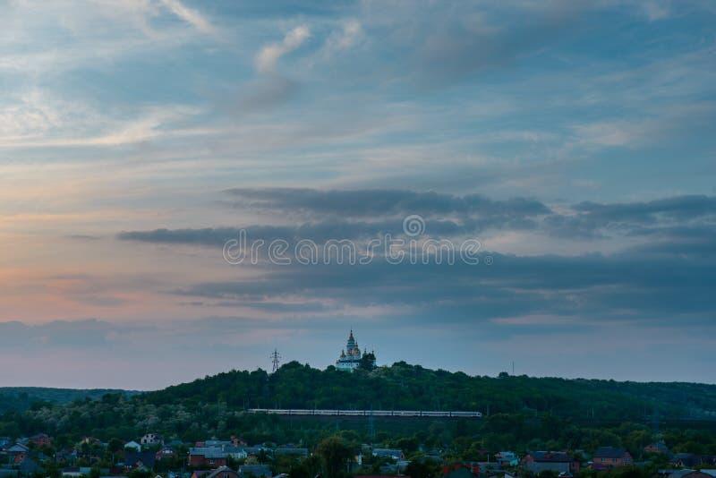 De kerk van het de stadslandschap van de Oekraïne Poltava betrekt blauwe hemel en huizen royalty-vrije stock fotografie