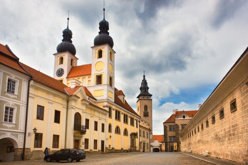 De kerk van Jesus in oude Europese stad Telc, Tsjechische republiek De architectuur van Europa De oude Zwart-witte Bouw in Cheste stock fotografie