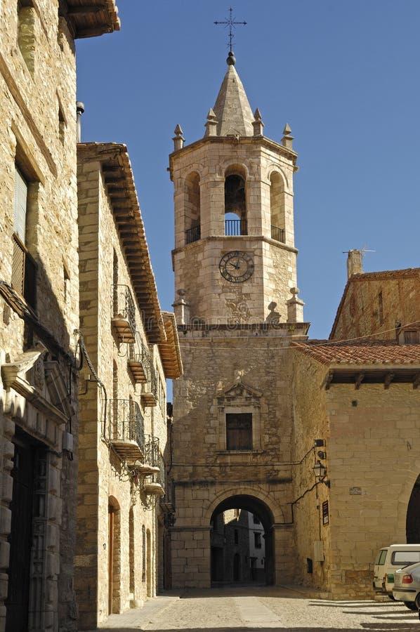 De kerk van La Asucion en het vierkant van Cristo Rey in Cantavieja, Maestrazg stock fotografie