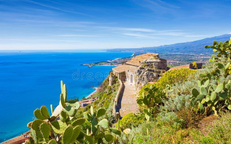 De kerk van Madonnadella Rocca bouwde op rots in Taormina, Sicili?, Itali? voort royalty-vrije stock afbeelding