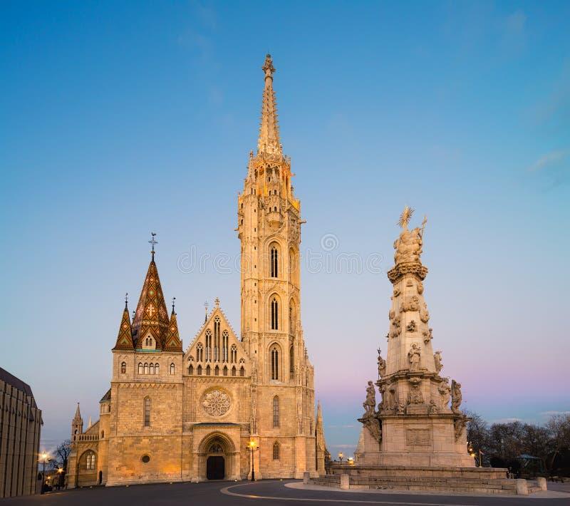 De kerk van Matthias en Standbeeld van Heilige Drievuldigheid in Boedapest stock foto