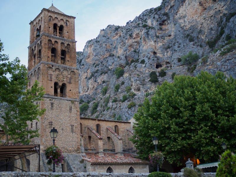 De kerk van moustiers-Sainte-Marie stock afbeeldingen