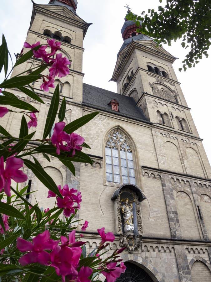 De kerk van Onze Dame in Koblenz, Duitsland, buitenmening met neriumoleander bloeit in de voorgrond royalty-vrije stock foto's
