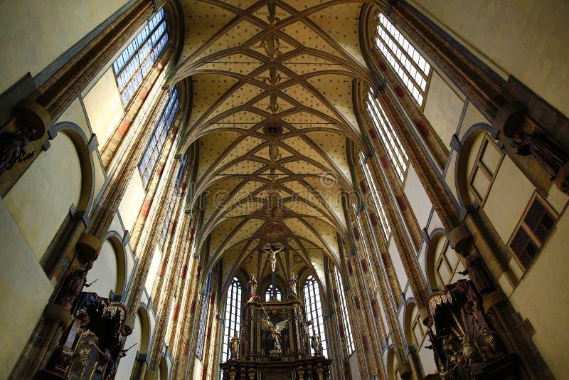 De kerk van Onze Dame van de Sneeuw (Tsjech: Panny Marie SnÄ› Å ¾ né wordt) gevestigd dichtbij Jungmann-Vierkant in Praag, Tsjec stock foto's