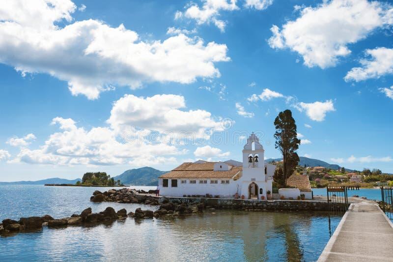 De kerk van Panagia Vlacherna met het Muiseiland int. de achtergrond en een aardige cloudscape in Korfu royalty-vrije stock afbeelding