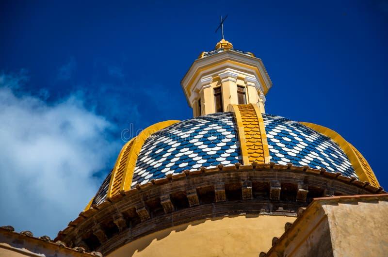 De kerk van San Gennaro met rond gemaakt dak in Vettica Maggiore Praiano, Italië stock afbeeldingen