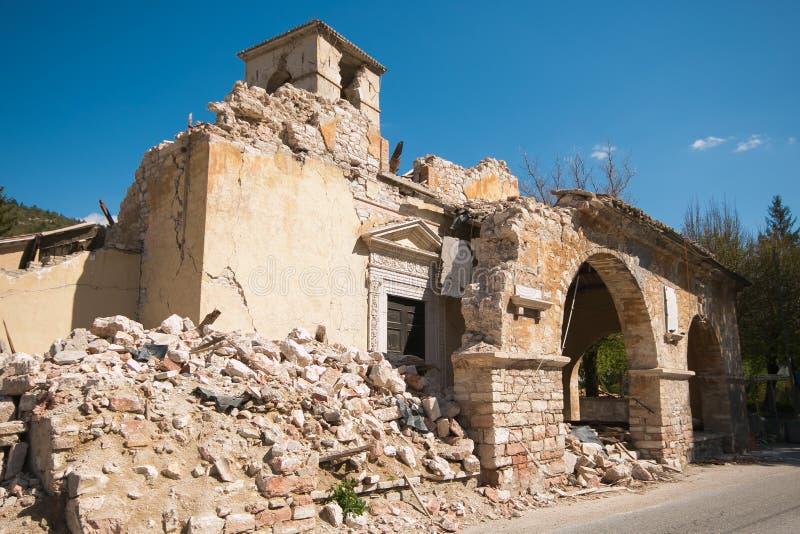 De kerk van Sant ` Antonio Abate van Visso door verschrikkelijk aardbeving wordt vernietigd die royalty-vrije stock foto's