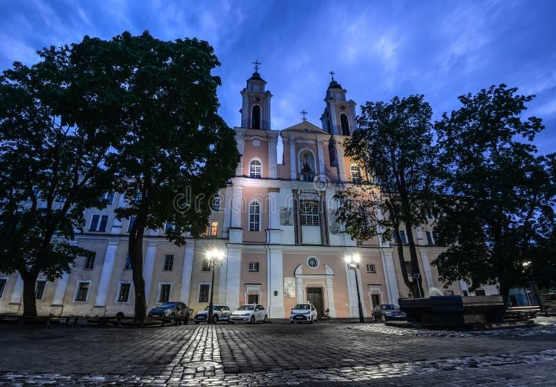 De kerk van St Francis Xavier wordt gevestigd in de Oude Stad van Kaunas, Litouwen royalty-vrije stock afbeelding