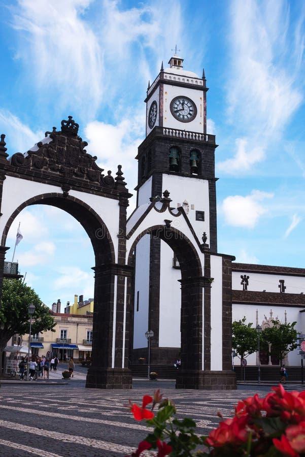 De Kerk van St Sebastian is één van de belangrijkste aantrekkelijkheden van Ponta Delgada Toren met een klok en klokken De Azoren stock foto