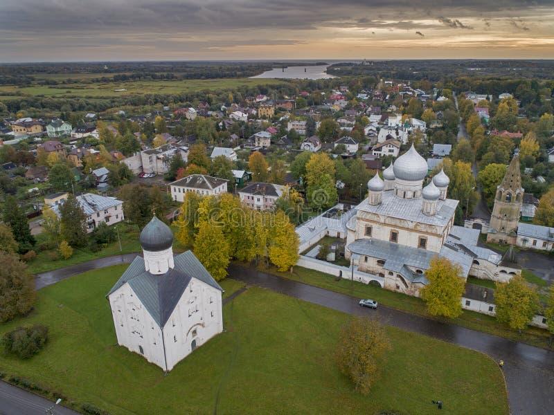 De Kerk van de Transfiguratie op Ilyina-straat en de Znamensky-Kathedraal in Veliky Novgorod royalty-vrije stock fotografie