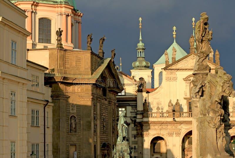 De kerken en de spitsen van Praag royalty-vrije stock afbeeldingen
