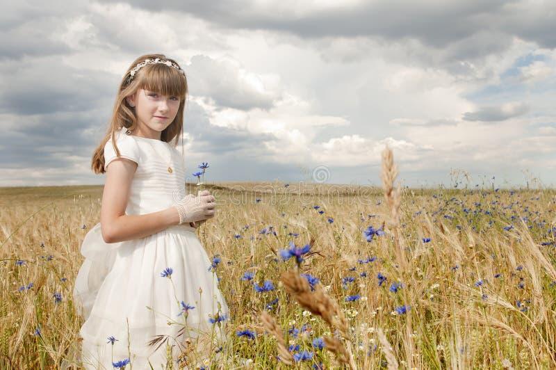 De kerkgemeenschapkleding van het meisje stock afbeelding