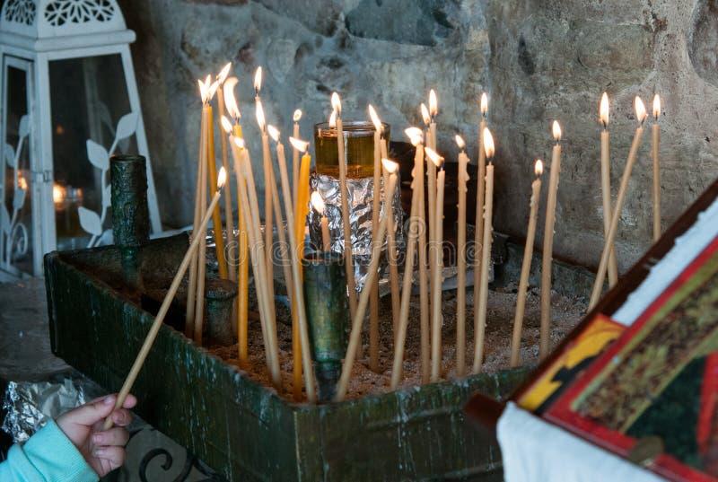 De kerkkaarsen voor bidden en meditatie royalty-vrije stock afbeelding
