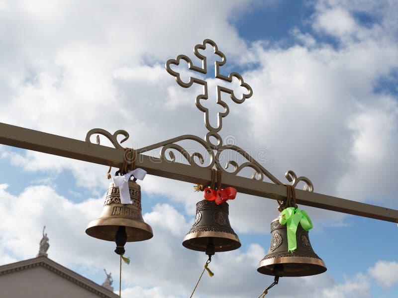 De kerkklokken hangen op een dwarsligger stock afbeelding