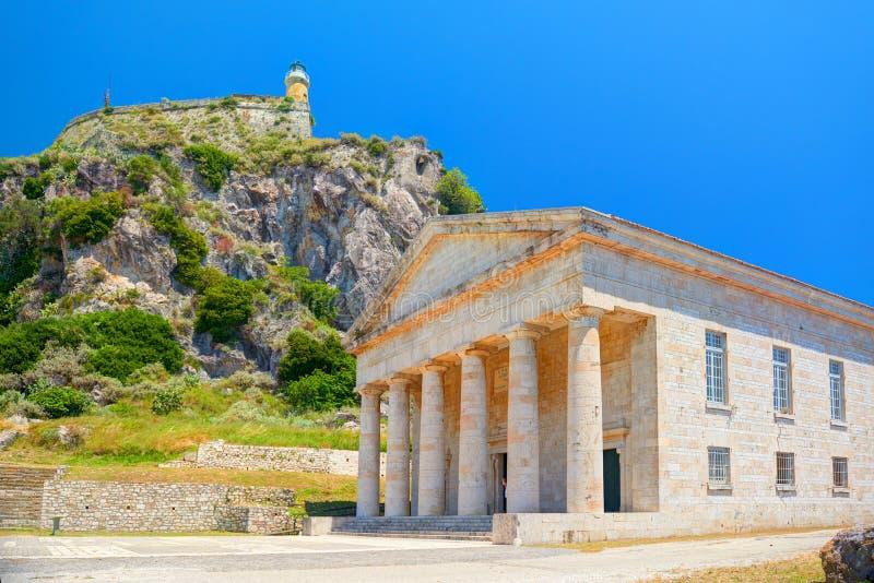 De kerktempel van heilige George en licht huis op steenrots Het Eiland Kerkyra van Korfu Van de vakantievakanties van Griekenland stock foto