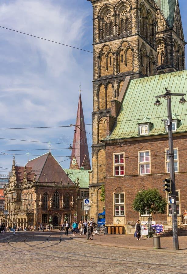 De kerktorens en het stadhuis bij cobblestoned straten van Breme stock foto