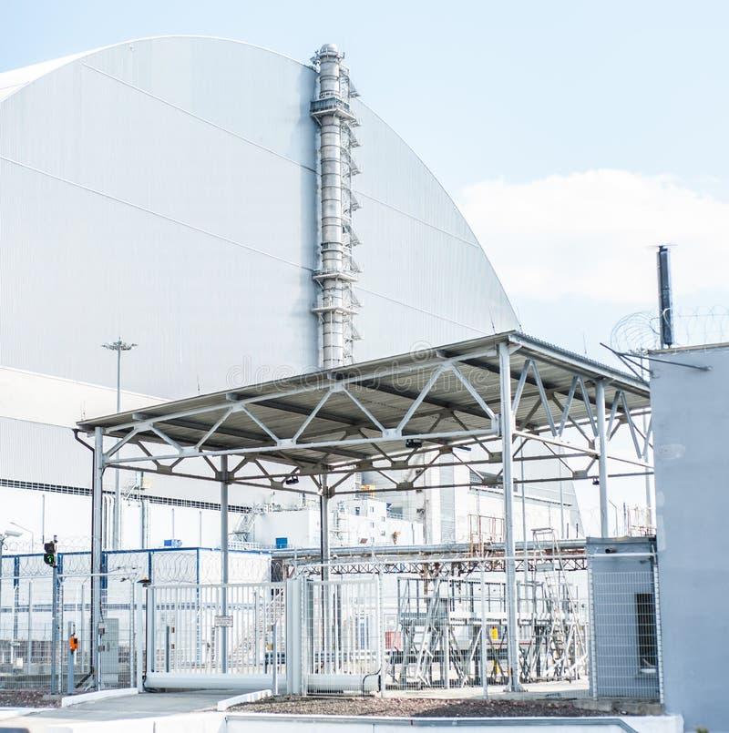 De kerncentrale van Tchernobyl, 4de machtseenheid met sarcofaag op zonnig weer stock fotografie