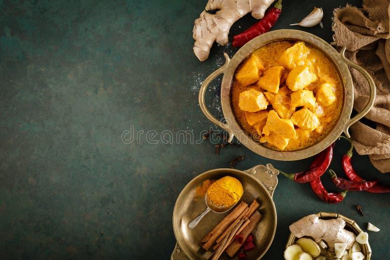 De kerrie van kippenmasala, kruidig vlees De gele saus van de kippenkerrie De kruidige schotel van de kippenkerrie Traditioneel I stock fotografie