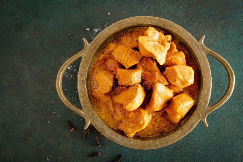 De kerrie van kippenmasala, kruidig vlees De gele saus van de kippenkerrie De kruidige schotel van de kippenkerrie Traditioneel I stock foto