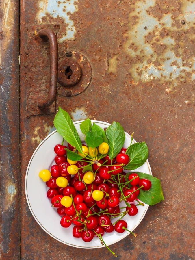 De kersen, fruitbessen, oogsten rijpe en sappige vruchten Hoogste exemplaarruimte De achtergrond van het voedsel stock fotografie