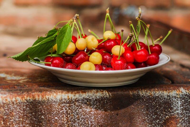 De kersen, fruitbessen, oogsten rijpe en sappige vruchten Hoogste exemplaarruimte De achtergrond van het voedsel stock afbeelding