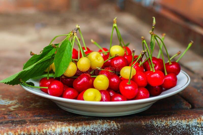 De kersen, fruitbessen, oogsten rijpe en sappige vruchten Hoogste exemplaarruimte De achtergrond van het voedsel stock afbeeldingen