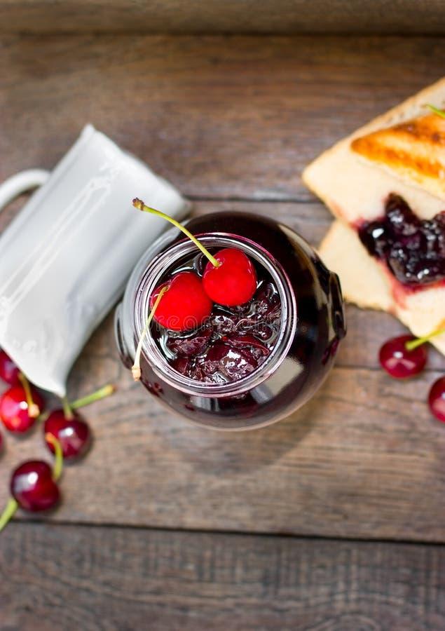 De kersenjam maakte met verse organische kersen, kersenjam - marmelade in kruik stock afbeelding