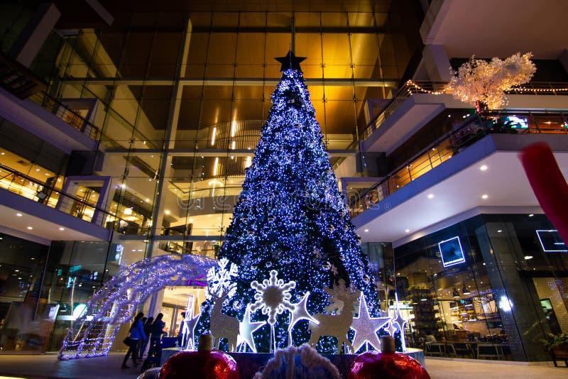 De Kerstbomen van Bangkok Thailand versieren en binden Kerstmis van Toebehorenornamenten op Kerstmis vast stock foto's
