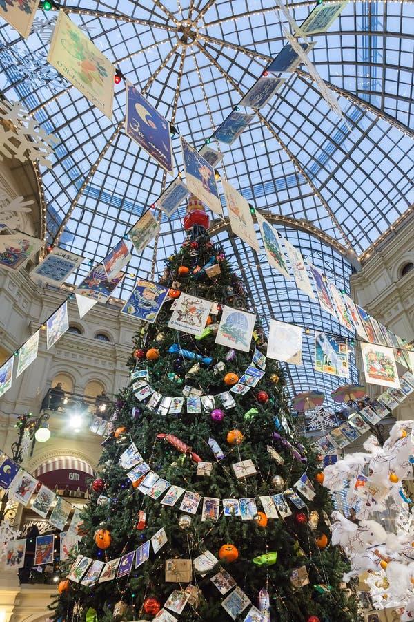 De kerstboom is binnen GOMwinkel, Moskou royalty-vrije stock afbeeldingen