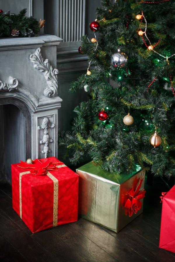 De kerstboom met stelt in rode dozen voor royalty-vrije stock afbeelding
