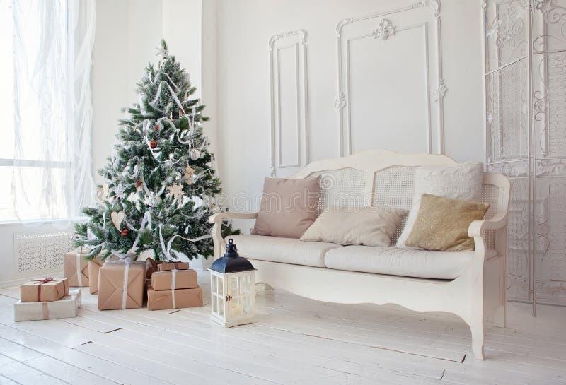De kerstboom met stelt voor onderaan in woonkamer royalty-vrije stock afbeeldingen