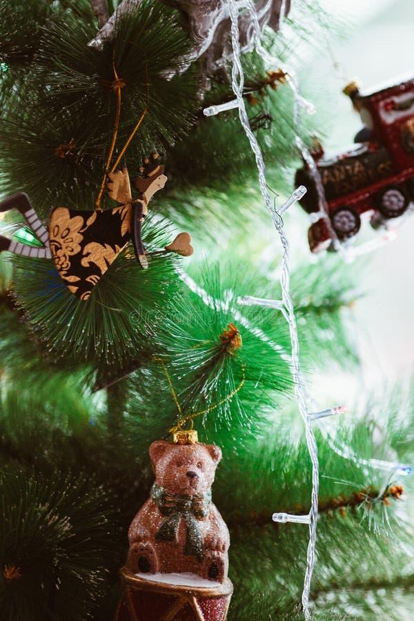 De kerstboom met uitstekend speelgoed, dichte omhooggaand, fee wordt verfraaid, draagt, trein die stock afbeeldingen