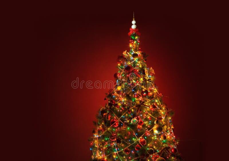 De Kerstboom van de kunst op rode achtergrond stock fotografie
